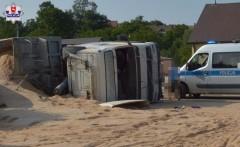 Przewróciła się ciężarówka wioząca otręby