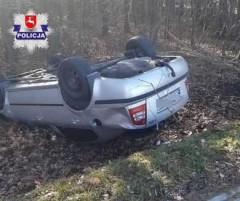Policjanci wydostali dwie osoby zdymiącego auta