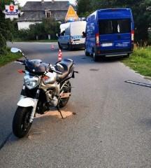 Motocyklista uderzył wbusa