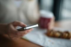 Fałszywe SMS-y dotyczące paczki zatrzymanej przez służby celne