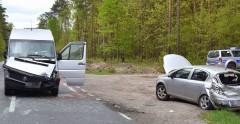Zderzenie busa zosobówką. Dwie osoby trafiły do szpitala