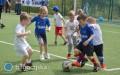 Przedszkolaki piłkę kopią